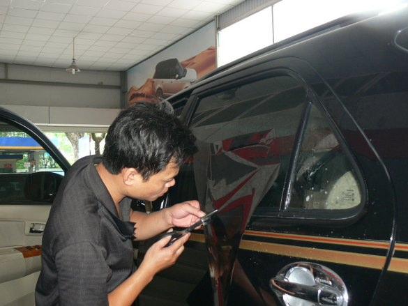 dán kính đen cho xe ô tô