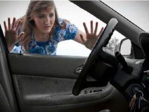 quên chìa khóa trong ô tô phải làm sao