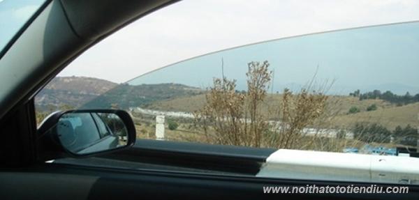 hạ kính cửa ô tô khi trời nắng
